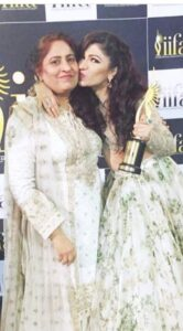 Tulsi Kumar with her mother