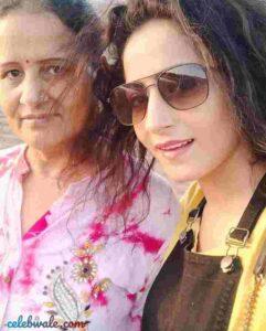 nikita tiwari with her mother