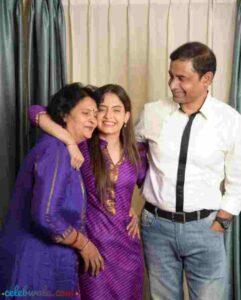 shruti prakash with her parents