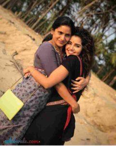 Anupama Parameswaran with her mother