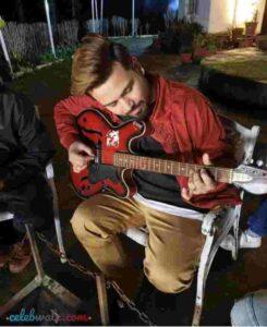 singer diljaan playing guitar