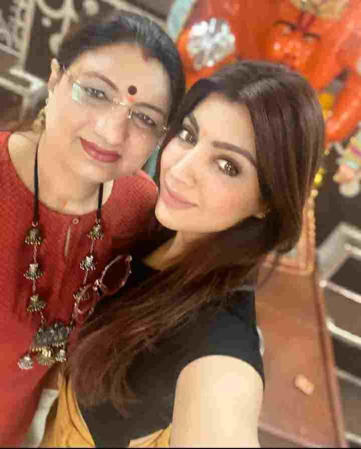 Akanksha Puri with her mother chitra puri