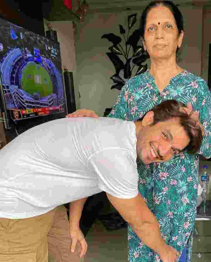 Arjun Bijlani with her mother Shakti Bijlani