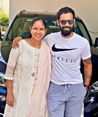 Hanuma Vihari with her mother Vijaya Lakshmi Gade
